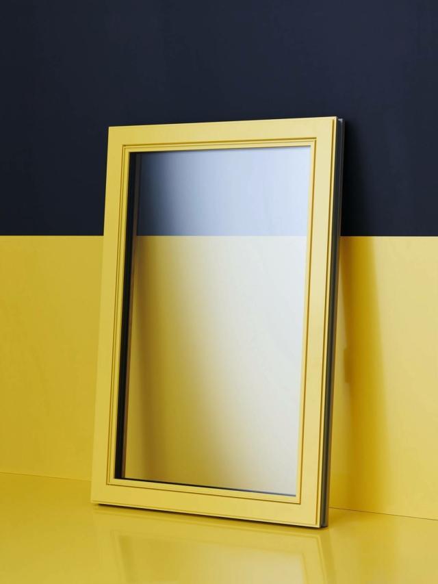 Alluminio e legno per la finestra FIN-Project Ferro-line di Finstral, in cui i profili dell'anta riprendono il disegno tipico dei classici serramenti di ferro. Qui proposta in una inedita finitura esterna dell'alluminio: giallo zinco RAL 1018 accostato a un elegante interno di rovere naturale.
