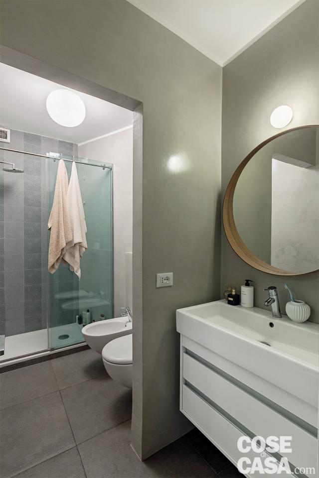 antibagno, mobile lavabo sospeso, specchio ovale, applique, sanitari, box doccia vetrato, pavimento in gres