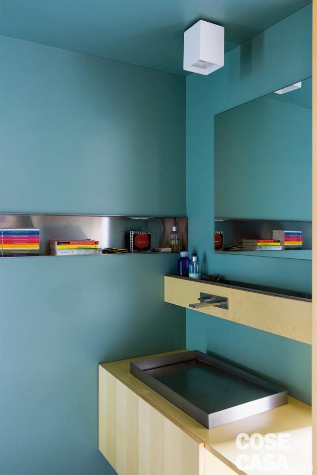 bagno, pareti rivestite in laminato azzurro, nicchia orizzontale portaoggetti, mobile sospeso in multistrato, lavabo da appoggio in acciaio, mensola, specchio, faretto bianco casa 110 mq