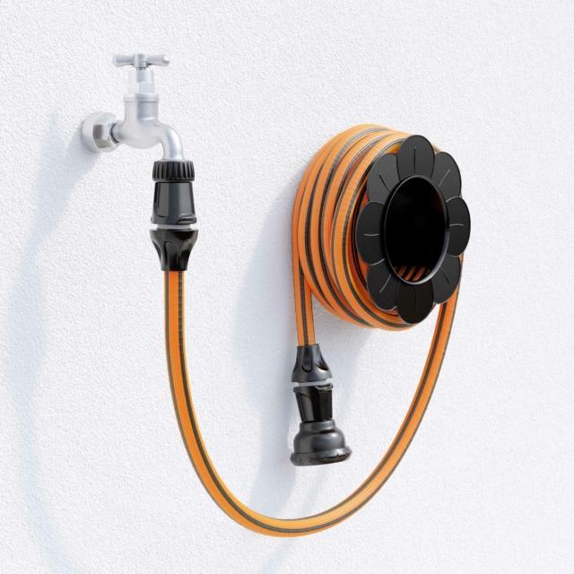 Springy è un tubo estensibile di ultima generazione, realizzato con polimeri elastomeri di ultima generazione completamente atossici si estende moltiplicando la sua lunghezza al solo passaggio dell'acqua per poi restringersi da solo quando si chiude il rubinetto. La speciale struttura ad alveare lo rende resistente all'usura e garantisce la massima estensione del tubo dopo i primi 2-3 utilizzi. Disponibile nelle due versioni 15m e 25m è di Claber e costa rispettivamente 29,90euro e 39,90euro, www.claber.com