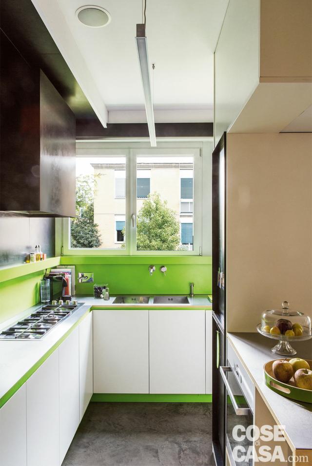 casa 110 mq cucina, piano cottura a gas in linea, colonna, forno incassato, finestra, rivestimenti in laminato verde acido, pensili, pavimento in cemento