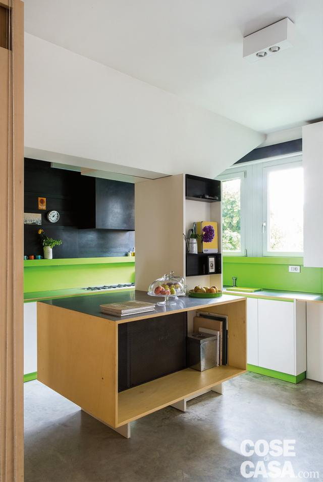 casa 110 mq cucina. finiture in laminato verde acido, composizione angolare, finestra, blocco centrale a isola, ribassamento, pavimento in cemento