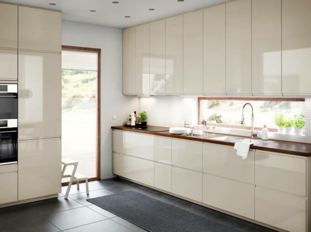 I pensili con l'anta Voxport della cucina di Ikea Italia danno vita ad una parete attrezzata che raggiunge il soffitto e permette di completamente lo spazio disponibile, fino all'ultimo centimetro. Tutti gli elementi, sia le basi sia le colonne sia i pensili, sono coordinati nella finitura e nella colorazione delle ante per un risultato armonico e luminoso sottolineato dalla finitura liscia lucida e dalla gola integrata. L'anta Voxport misura L 40 x H 120 cm. Prezzo 70 euro. www.ikea.com