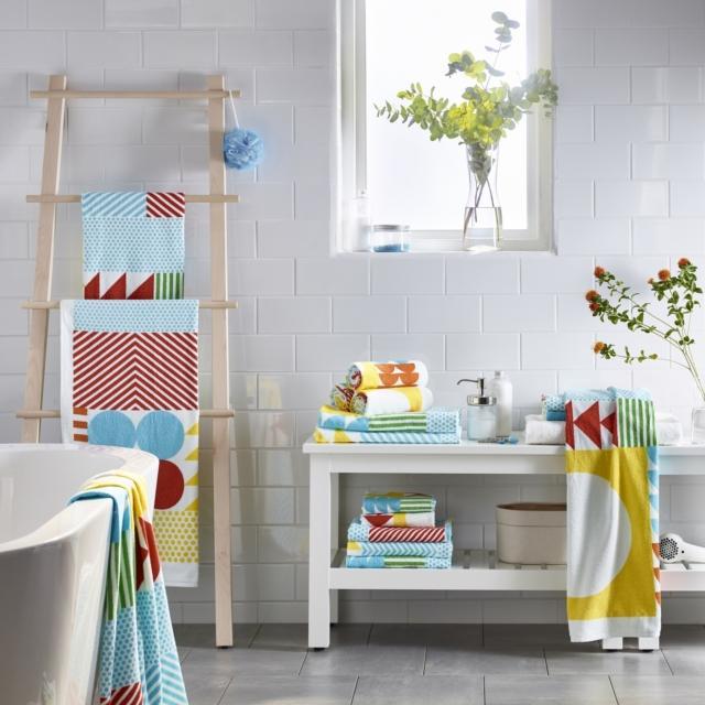 L'asciugamano fantasia della serie Nimmern di Ikea è in 100% cotone, 380 g/mq. Misura L 70 x P 140 cm. Prezzo 7 euro. È disponibile in svariate misure. www.ikea.com