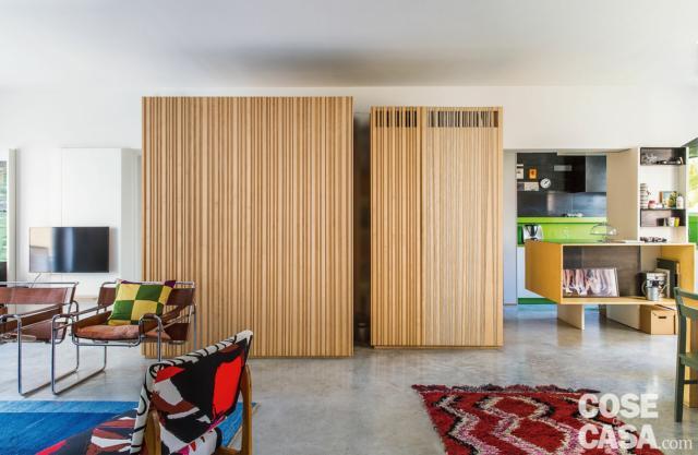 casa 110 mq con open space, pavimenti in cemento, zona conversazione, area cucina-pranzo, blocco multifunzione con rivestimenti in legno di acero