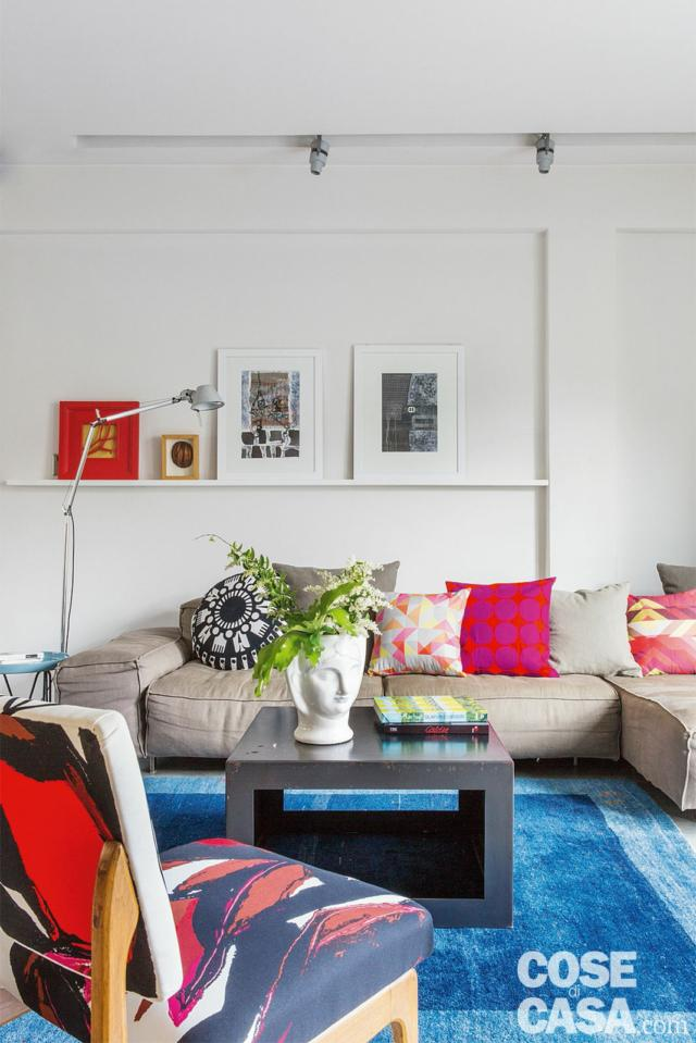 casa di 110 mq con zona conversazione, dettaglio, divano in pelle, sedia imbottita, cuscini, tavolino centrale, tappeto azzurro