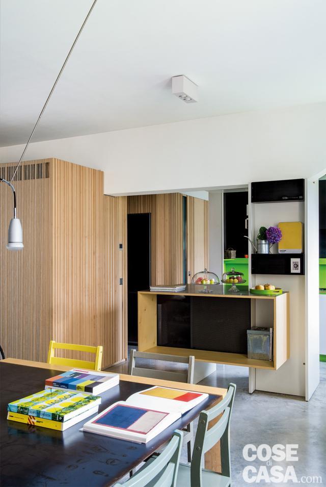 casa 110 mq zona pranzo, tavolo, sedie in due colori, ribassamento, isola centrale, cucina, blocco multifunzione in legno di acero
