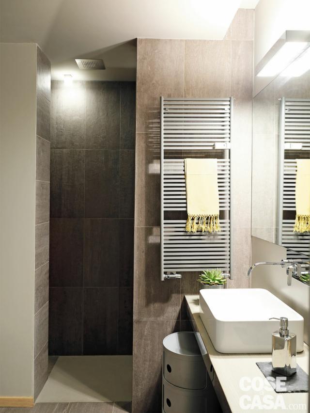 bagno, box doccia in muratura, scaldasalviette, piano sospeso, lavabo da appoggio, specchio, rivestimenti in gres porcellanato grigio