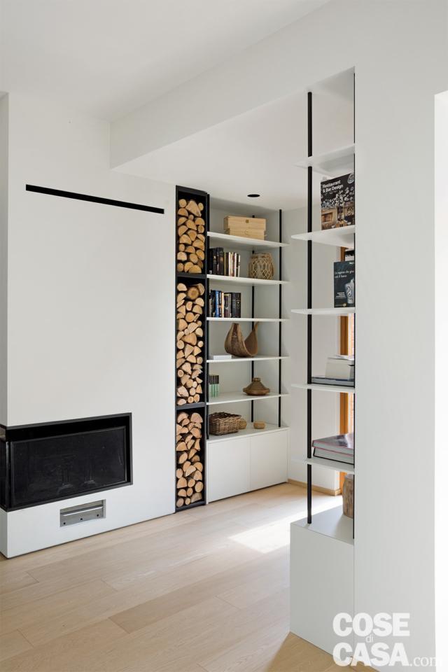 ambiente con camino integrato nella libreria nel sottotetto di 125 mq