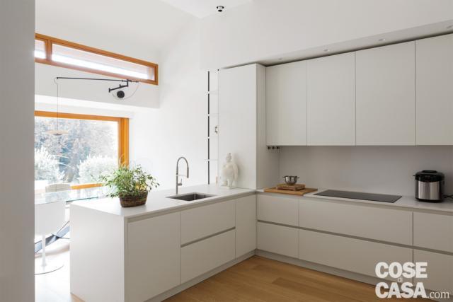 vista della cucina open nel sottotetto di 125 mq