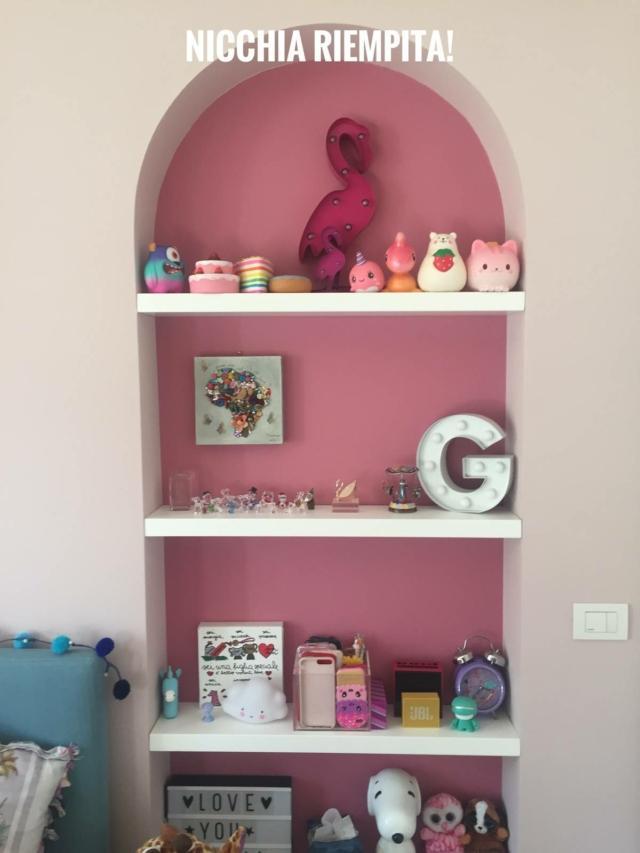 nicchie rosa con mensole bianche e oggetti
