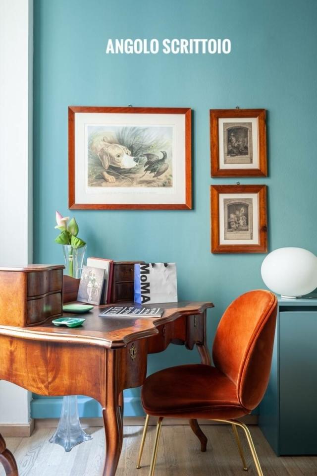 camera degli ospiti con angolo scrittoio, parete ottanio, quadretti cornice legno