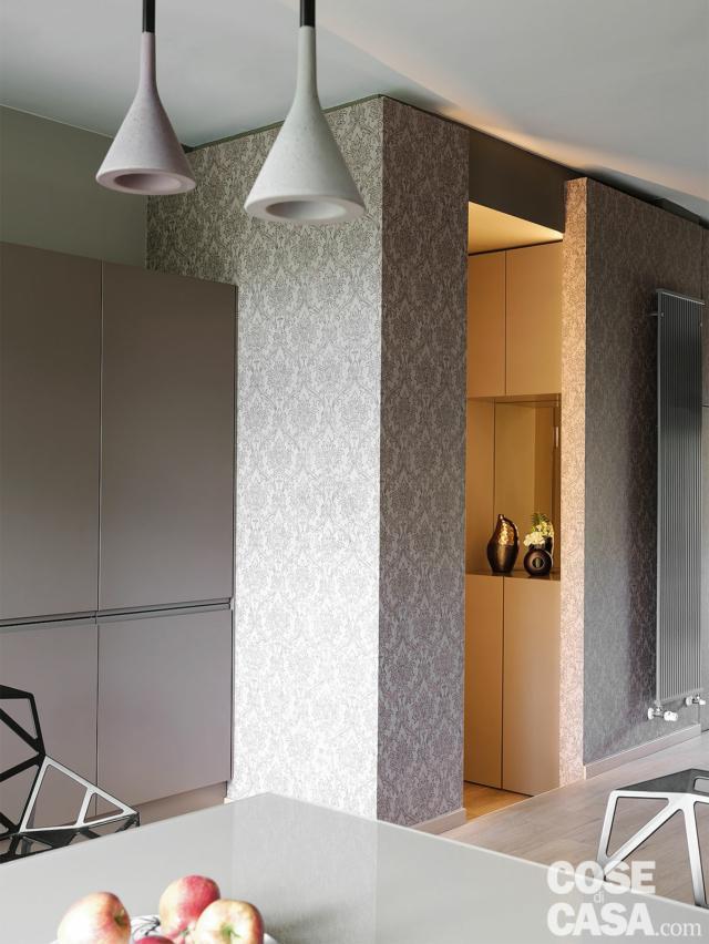 zona pranzo, dettaglio tavolo, lampade a sospensione, ingresso, rivestimento in carta da parati grigia