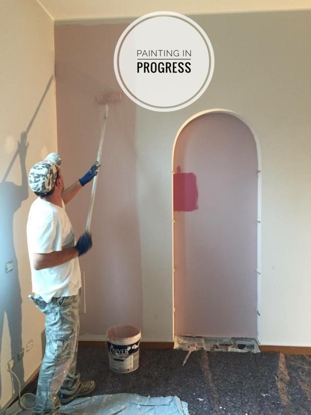 inizio pittura rosa nella nicchia per trasformare la cameretta