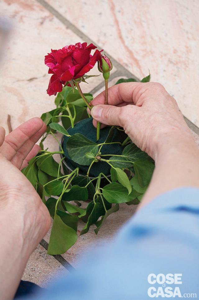 4. In due coppette inserire 3 Rosa 'Deep impression', ben distanziate e distribuite, intervallandole con 4 Rosa 'Jacques Cartier' nella prima e 4 Rosa 'The Generous Gardner' nella seconda. Gli steli dei fiori devono essere tagliati corti a 45° e devono essere introdotti inclinati.