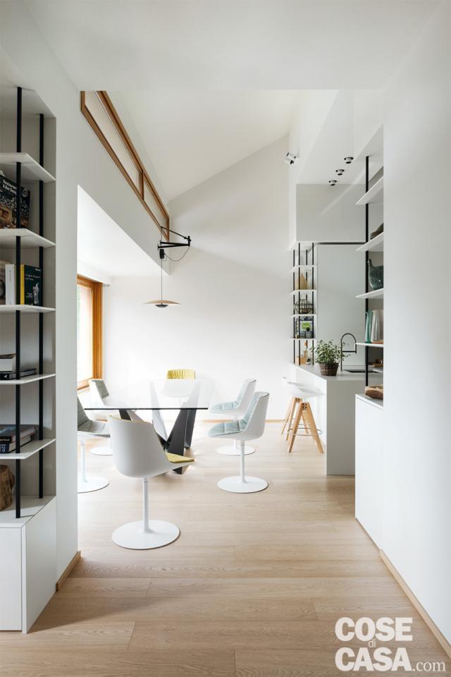 tavolo e arredi bianco zona pranzo in sottotetto di 125 mq