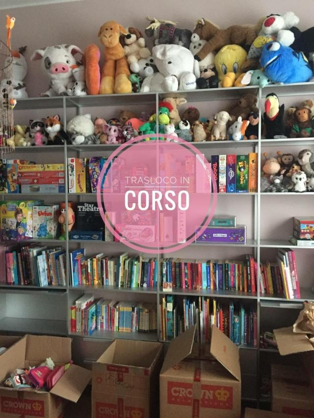 libreria con giochi da riempire dopo il trasloco