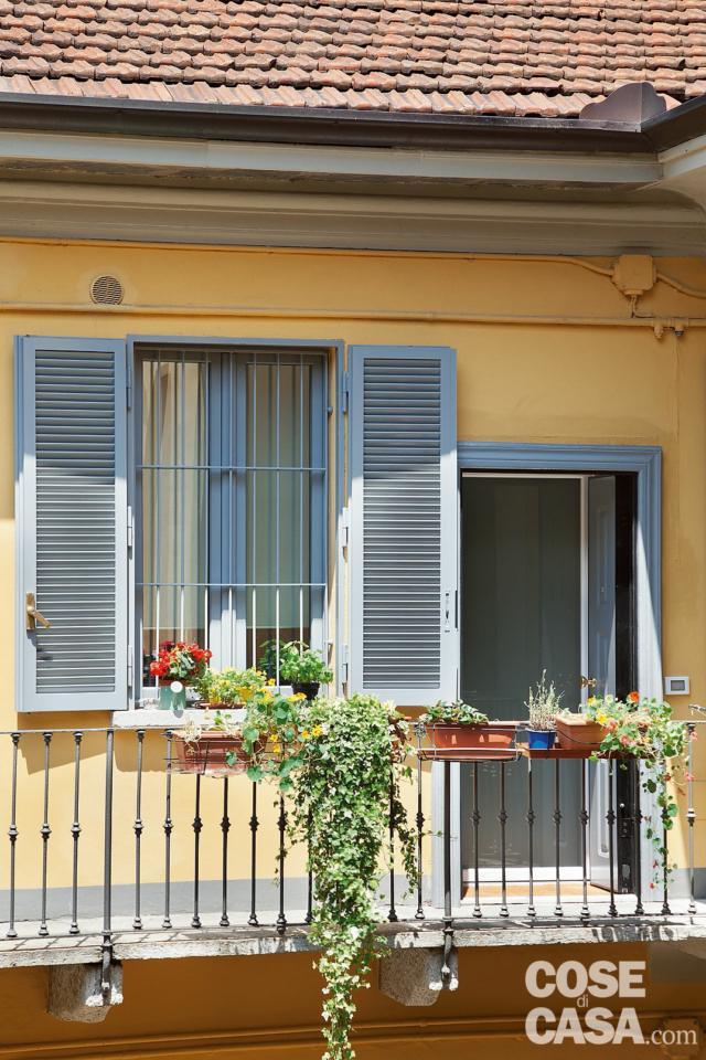 casa di ringhiera, ballatoio, ingresso, finestra, tetto, facciata tinteggiata di giallo