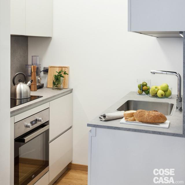 cina, zona cottura con forno e piano a induzione, bollitore, lavello, pensili
