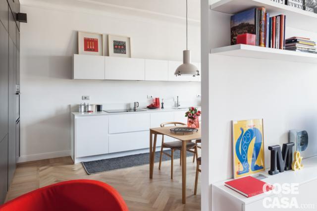 cucina, composizione in laccato bianco, zona lavaggio, pensili, tavolo, lampada industrial, quinta