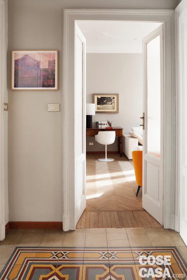 bilocale tradizionale, ingresso, corridoio, porta in legno e vetro, pavimento in cementine