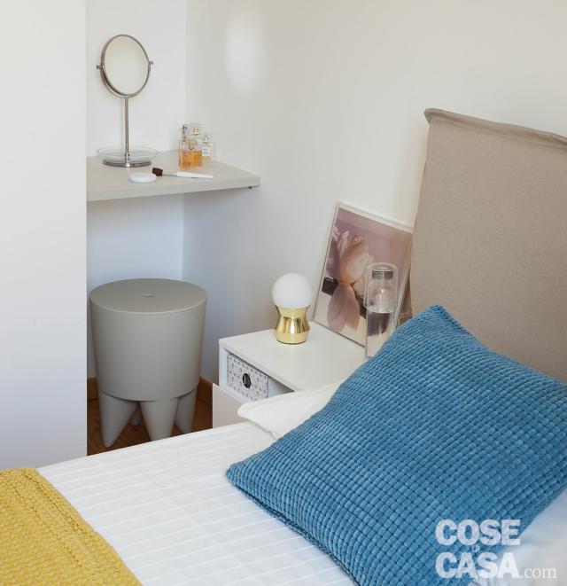 camera da letto, dettaglio, letto, cuscino azzurro, comodino, lampada da tavolo, nicchia, mensola, sgabello