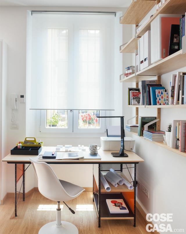 bilocale mini, finestra, tenda a rullo, postazione studio, scrivania, sedia girevole, ripiani