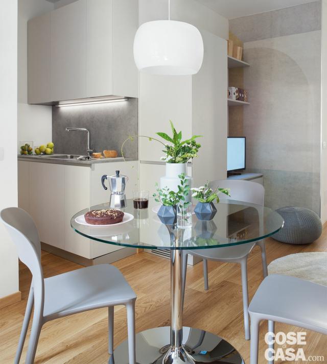 bilocale mini, zona pranzo, tavolo, lampada a sospensione, angolo cottura, area tv, pavimento in parquet
