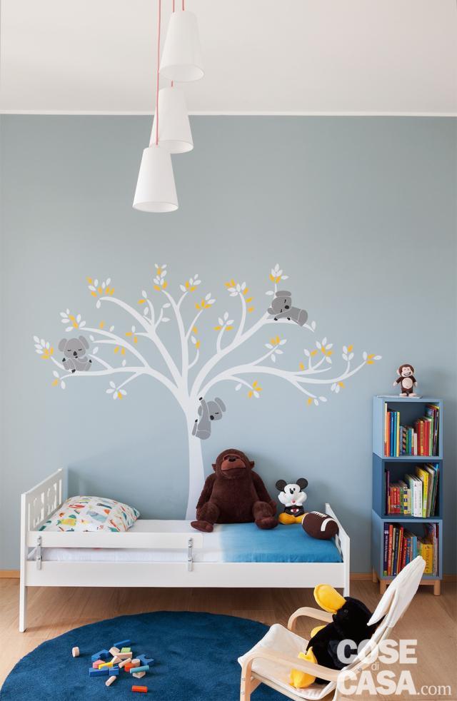 camera ragazzi, letto singolo bianco, lampade a sospensione, parete azzurro pastello, sticker a forma di albero, mini libreria modulare