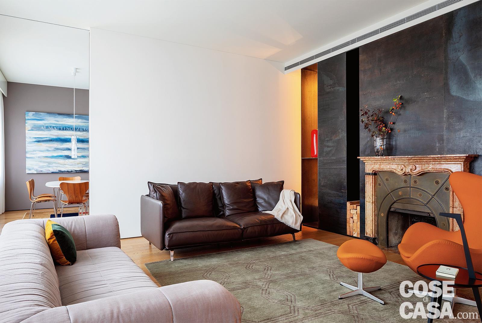 Pareti Attrezzate Con Camino Incorporato una casa con spazi irregolari ben risolti con pareti in