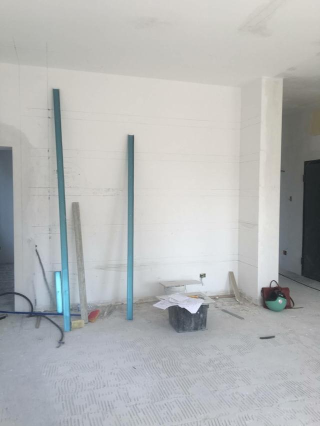 le mensole in gesso disegnate sulla parete prima di costruirla
