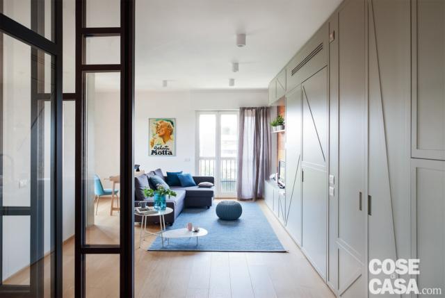 soggiorno, parete attrezzata, portafinestra, divano angolare, pouf, porta vetrata della cucina
