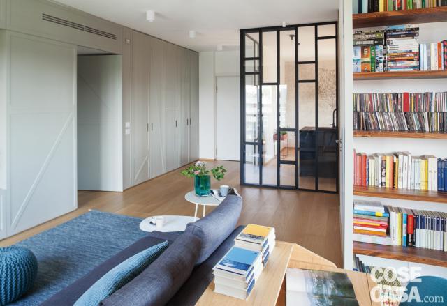 ingresso, box vetrato della cucina, parquet, parete attrezzata, divano, tavolino, libreria, controsoffitto, faretti