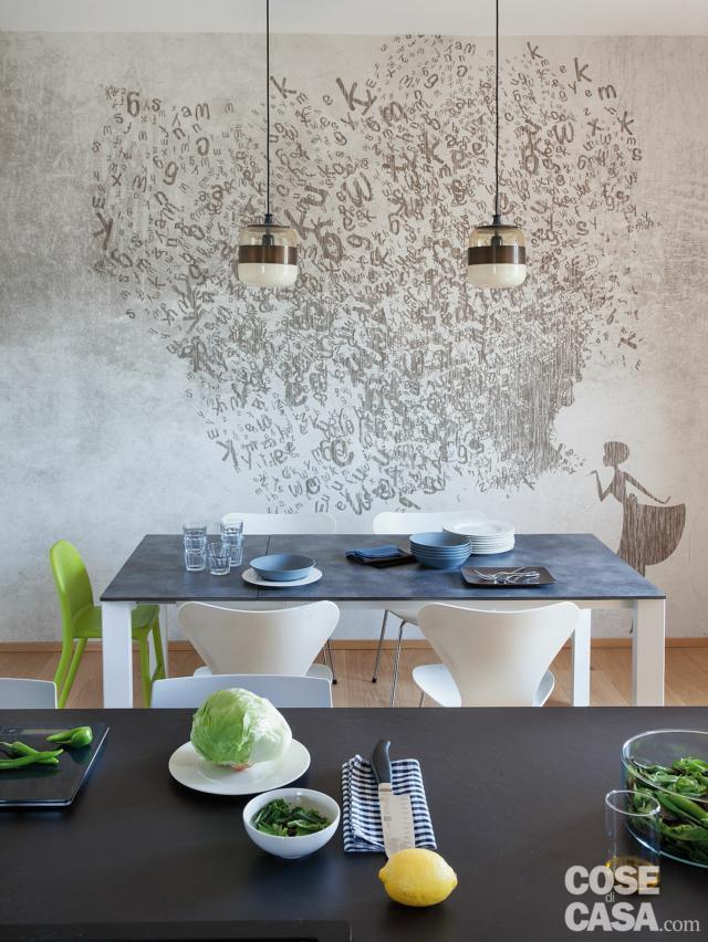 cucina, zona pranzo, carta da parati decorata, tavolo, sedie bianche e verdi, lampade a sospensione, isola centrale