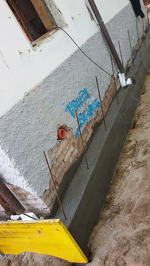 Adeguamento antisismico Per rispettare le normative vigenti in materia di rischio sismico, sono state raddoppiate sia le pareti esterne sia quelle interne dell'immobile senza tuttavia togliere spazi abitabili o alterare l'estetica originale. Si è costruita inoltre una trave in cemento armato attorno a tutto il perimetro degli edifici per il rinforzo strutturale delle fondazioni in mattoni.