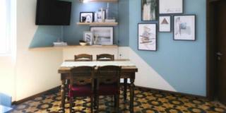 decorazione a parete per zona pranzo con pareti oblique da arredare