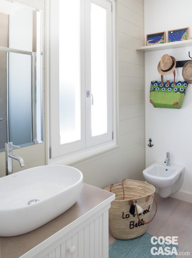 bagno, finestra, mobile con lavabo da appoggio, specchio, cesto, bidet sospeso, mensola