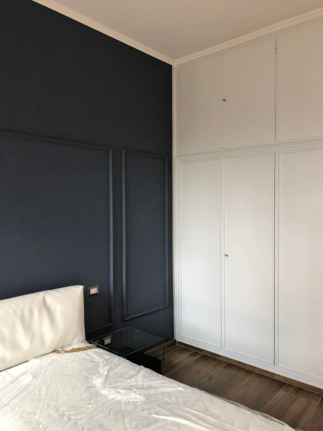 camera da letto con pareti e armadio dipinti per relooking