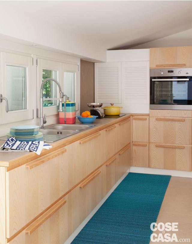cucina, sottotetto, finestra a nastro, mobili in frassino, lavello, colonna forno, passatoia