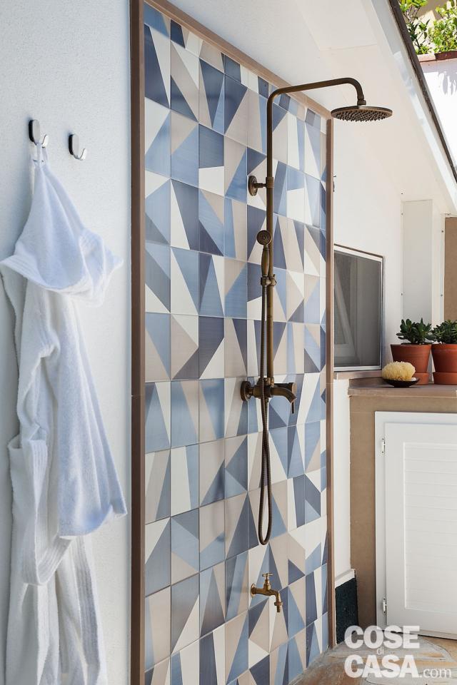 doccia outdoor, soffione, rivestimento in piastrelle a motivo geometrico, tetto, ripostiglio