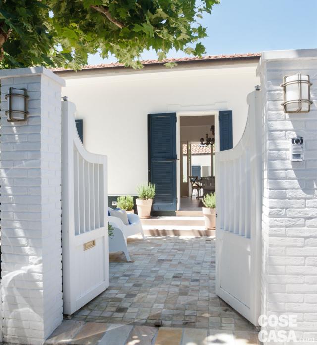 villa al mare, ingresso, cancello, pavimentazione in pietra, portafinestra, persiane verdi