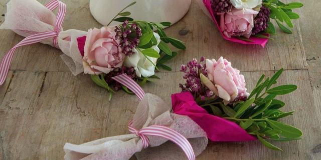 Mini bouquet fioriti, segnaposto speciali per la tavola