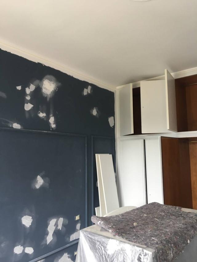 preparazione armadio e pittura parete camera
