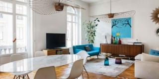 zona giorno open space della casa d'epoca, tavolo ovale e sedie di design, lampadari a ventola, pavimento in parquet, living, portafinestre ad arco