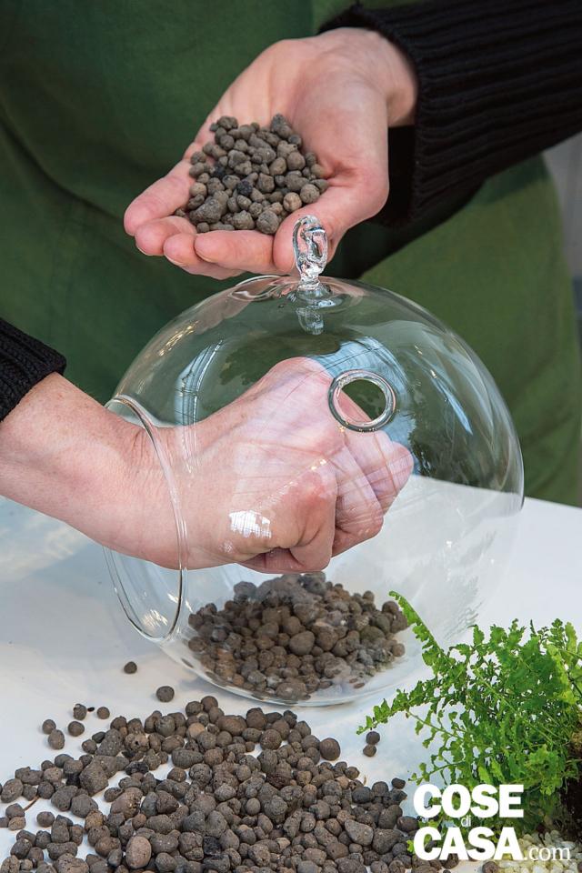 1. Dopo aver pulito il contenitore, predisporre uno strato drenante nella sfera, inserendo a piccole manciate l'argilla espansa (o gli altri materiali) dal peso esiguo.