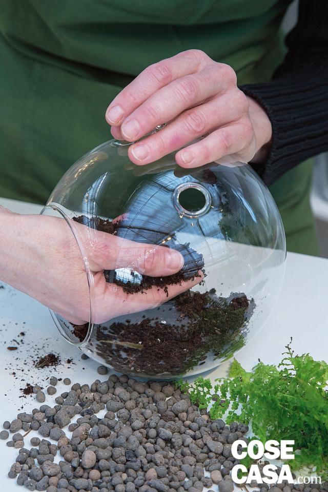 2. Inserire quindi, poco per volta, uno strato di terriccio per succulente, abbastanza alto per contenere le piante che verranno interrate.