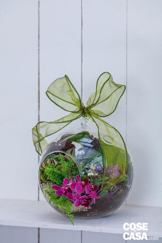 Appoggiata, può essere ingentilita da un fiocco in organza animata, nel colore delle piante usate.