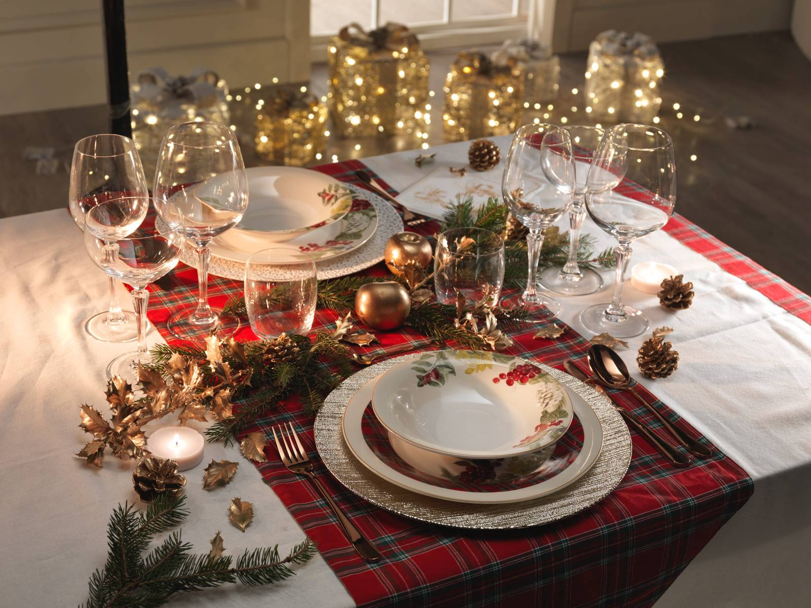 Arredare Tavola Natale tavola di natale: piatti e decorazioni oro, rosso, bianco