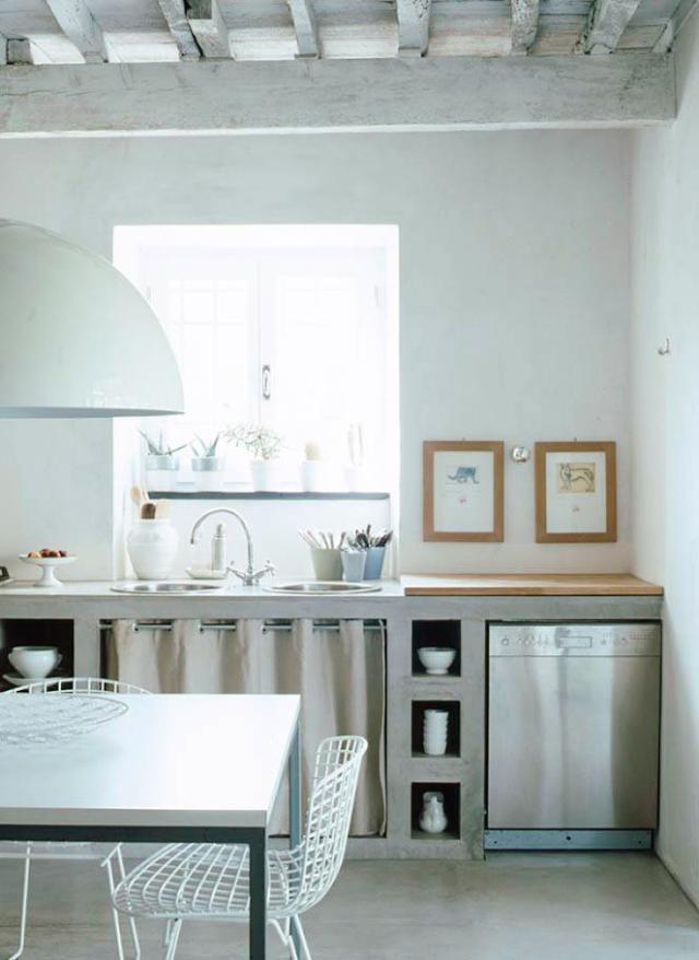 cucina in muratura, rifinita in cemento come i pavimenti