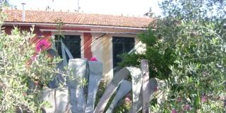 facciata di un rustico ristrutturato lato ingresso